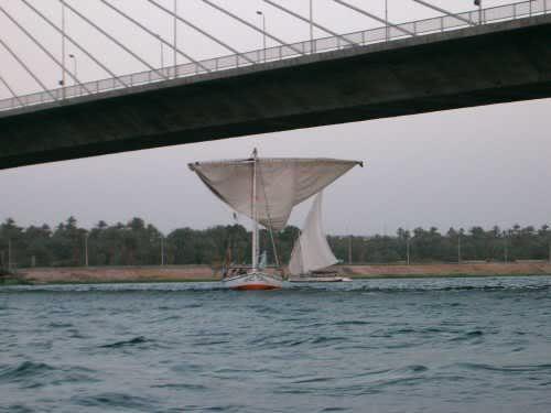 manœuvre pour passer sous le pont d'Assouan