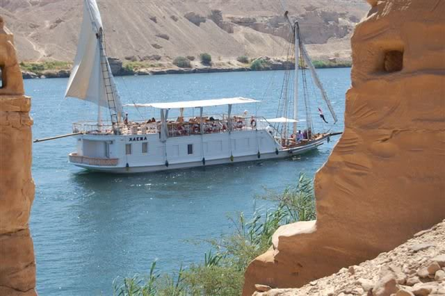 la Naema passe entre les carrières du Djebel Silsileh
